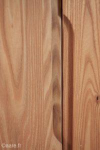 poignées de prise de main verticales sur porte de bahut artemis en bois massif