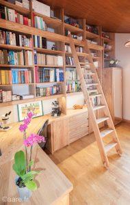 Bibliothèque bureau avec échelle sur-mesure en bois massif