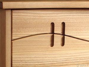 Vue des prises de main du chiffonnier Armor orme massif 5 tiroirs.