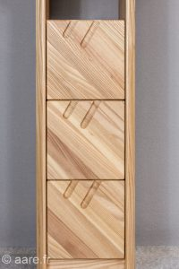 Petit meuble console 3 tiroirs, prises de main obliques originales