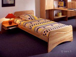 Vue du lit Armor en hêtre abouté avec tour de lit, tête de lit et pied de lit.