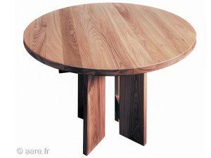 Vue de la table de salle à manger ronde Arena en orme massif.