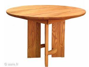 Vue de la table de salle à manger ronde Arno en orme massif.