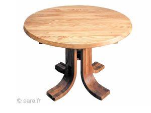Vue de la table de salle à manger ronde Corolle en orme massif