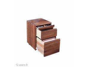 Vue du bloc indépendant de trois tiroirs de bureau à roulettes en noyer abouté.Tiroirs ouverts.